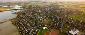 Blick auf die Stadt Olfen. Am linken Bildrand: Die Steveraue